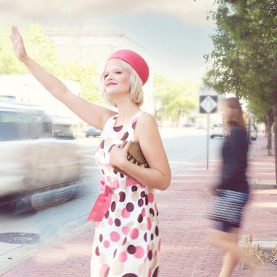 zena koja ceka taxi vozilo